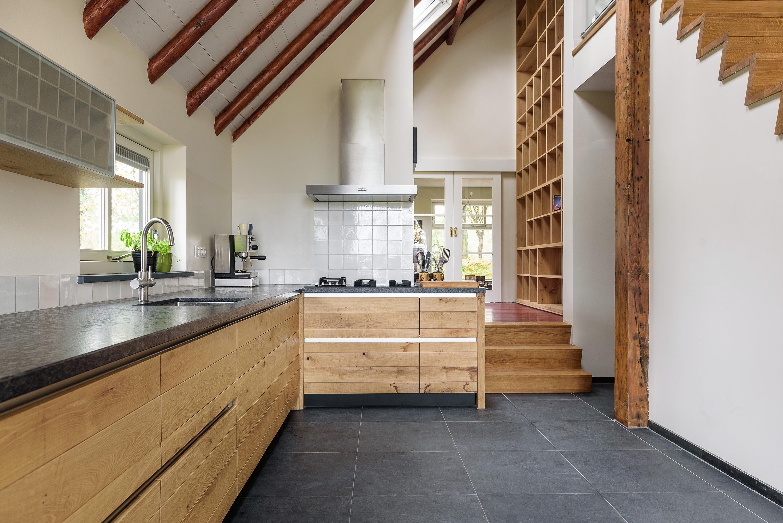 Landelijk eiken keuken met boekenkast
