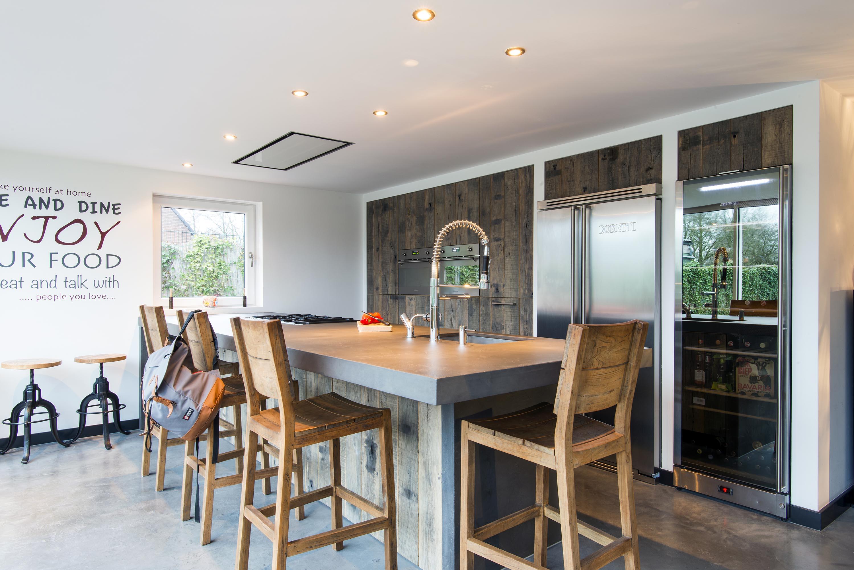 Wagonplanken keuken met ruw beton