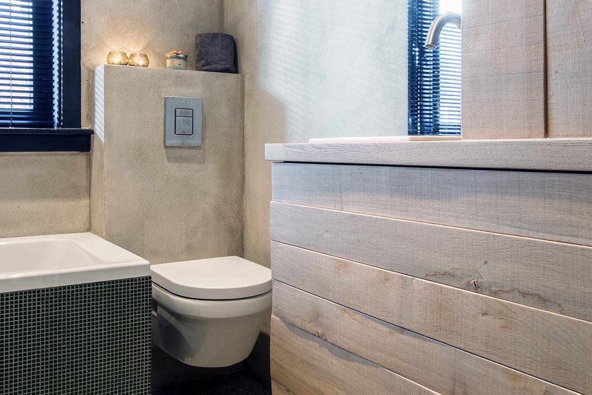 Betonstuc badkamer met ruw houten badkamermeubel - JP Walker