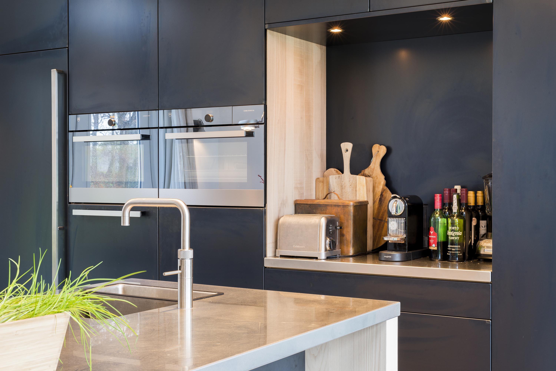 Moderne keuken met blauwstaal
