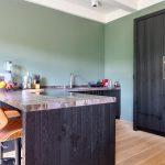 Basic zwarte ruwhouten keuken