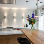 stoer strak ambachtelijk houten keuken met moderne lijnvoering